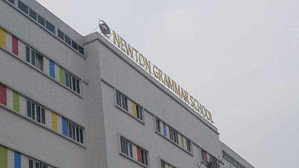 Biển quảng cáo trường học trên nóc tòa nhà